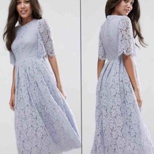 Helt oanvänd då jag är för kort för klänningen. Är 160 och modellen är ca 175. Hämtas upp i Vårby Gård. Köpte den för över 900kr