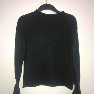 Använd fåtal gånger & i väldigt bra skick Det är en väldigt mörkgrön färg på tröjan