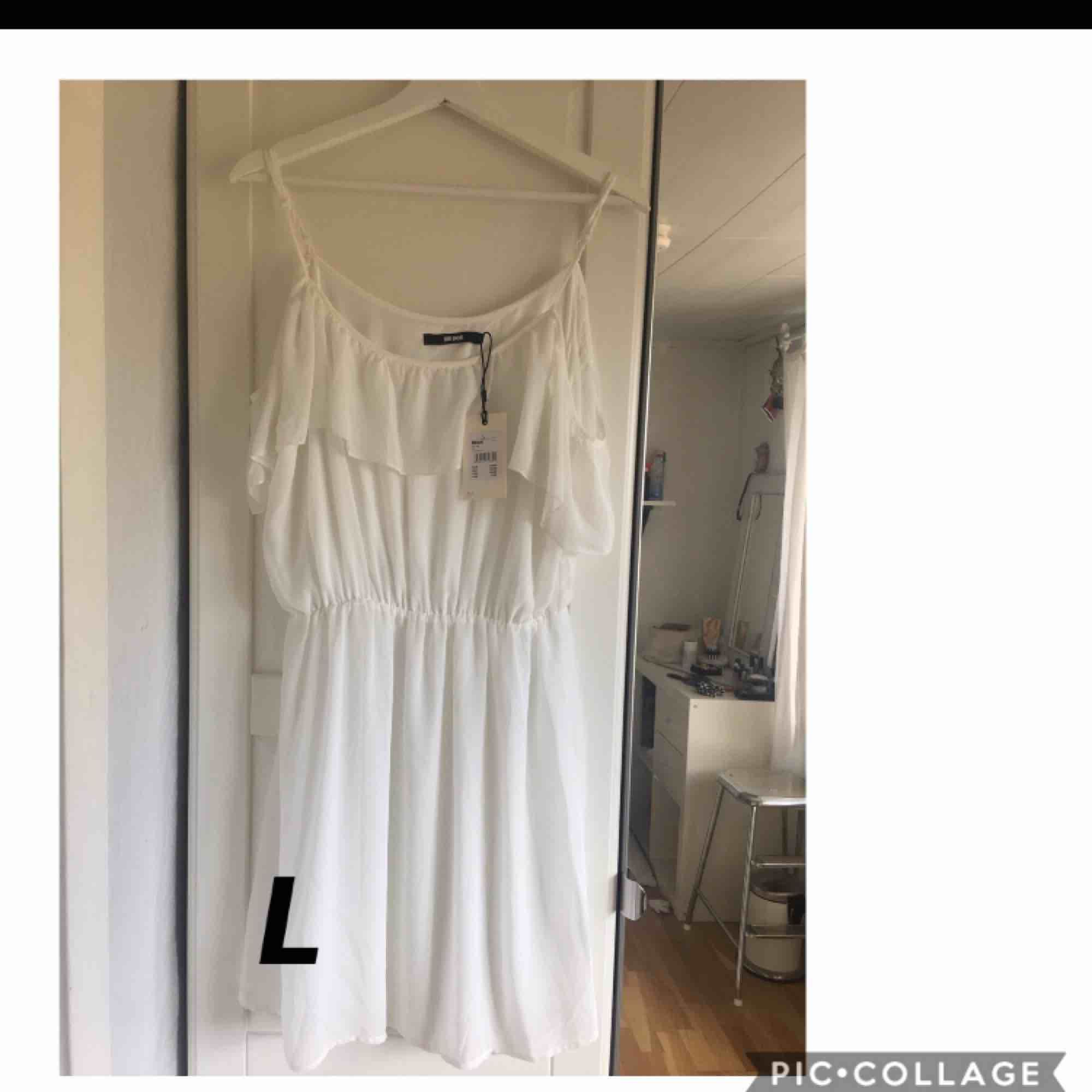 Vit sommar klänning. Aldrig använd. Frakt tillkommer. . Klänningar.