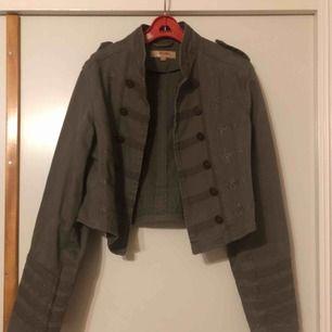Jacka i vintage stil, endast provad . Kan skickas mot frakt eller mötas upp i Helsingborg