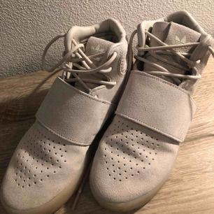 Helt nya adidas skor i stl.36, köpta från footlocker i Malmö ett par månader sen. Kan möts upp i Malmö och Lund annars står köparen för frakt