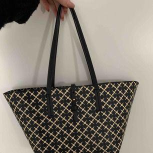 Hej! Säljer min Marlene Birger väska i den minsta modellen. Inte alls använd mycket! Köparen betalar frakt på ca 50kr.