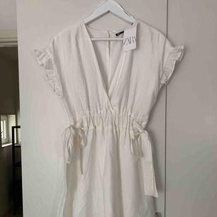 Hej! Säljer en ny vit klänning från Zara. Köpte den för 300kr men säljer den billigare. Aldrig använd och i storlek M. Köparen betalar frakt på 50kr.