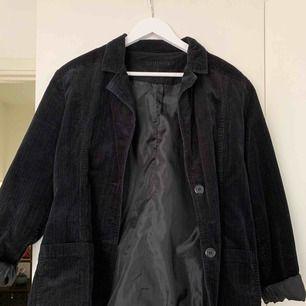 Hej! Säljer en mörkblå manchesterkavaj. Den är i onesize och väldigt fint skick. Köparen betalar frakt på ca 50kr.