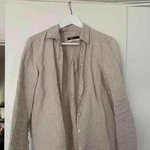 Hej! Säljer en fin linneskjorta i storlek s från H&M. Sparsamt använd. Köparen står för frakten på 50kr.