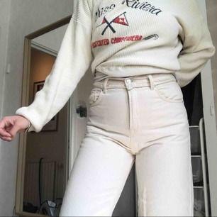 Vita, cropped jeans från topshop, endast använt 2 gånger. Jag på bilden är 169cm.
