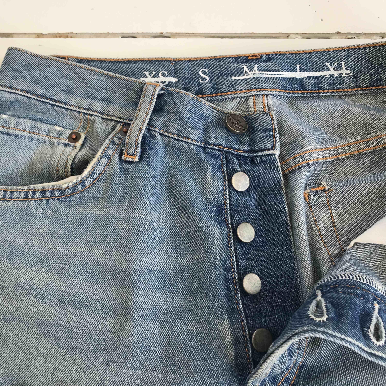 Boyfriend jeans, på mig sitter dom som låg midja men går att ha som hög eftersom grenen är låg, frakt tillkommer (63kr) . Jeans & Byxor.
