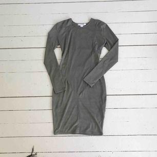 OANVÄND! Köpt på Nelly men tyvärr aldrig använd, är i typ suede/mocka, figursydd klänning. frakt tillkommer antingen spårbart (63kr) eller vanlig post (50:ish)