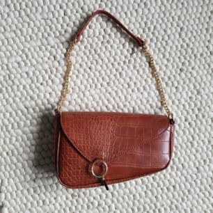 Oanvänd faux lether dior-inspirerad väska