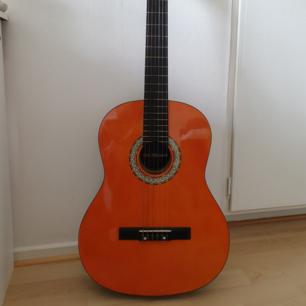 Fin akustisk gitarr i gott skick bortsett från två mindre märken i färgen (se bild 4 och 5).  Kan hämtas i Lund, Eslöv, eller Malmö .