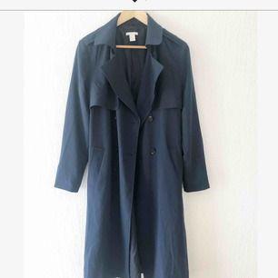 Blå tunn fin kappa från hm som passar bra nu till vår/sommar:)  Möts i Malmö eller köparen står för frakt.
