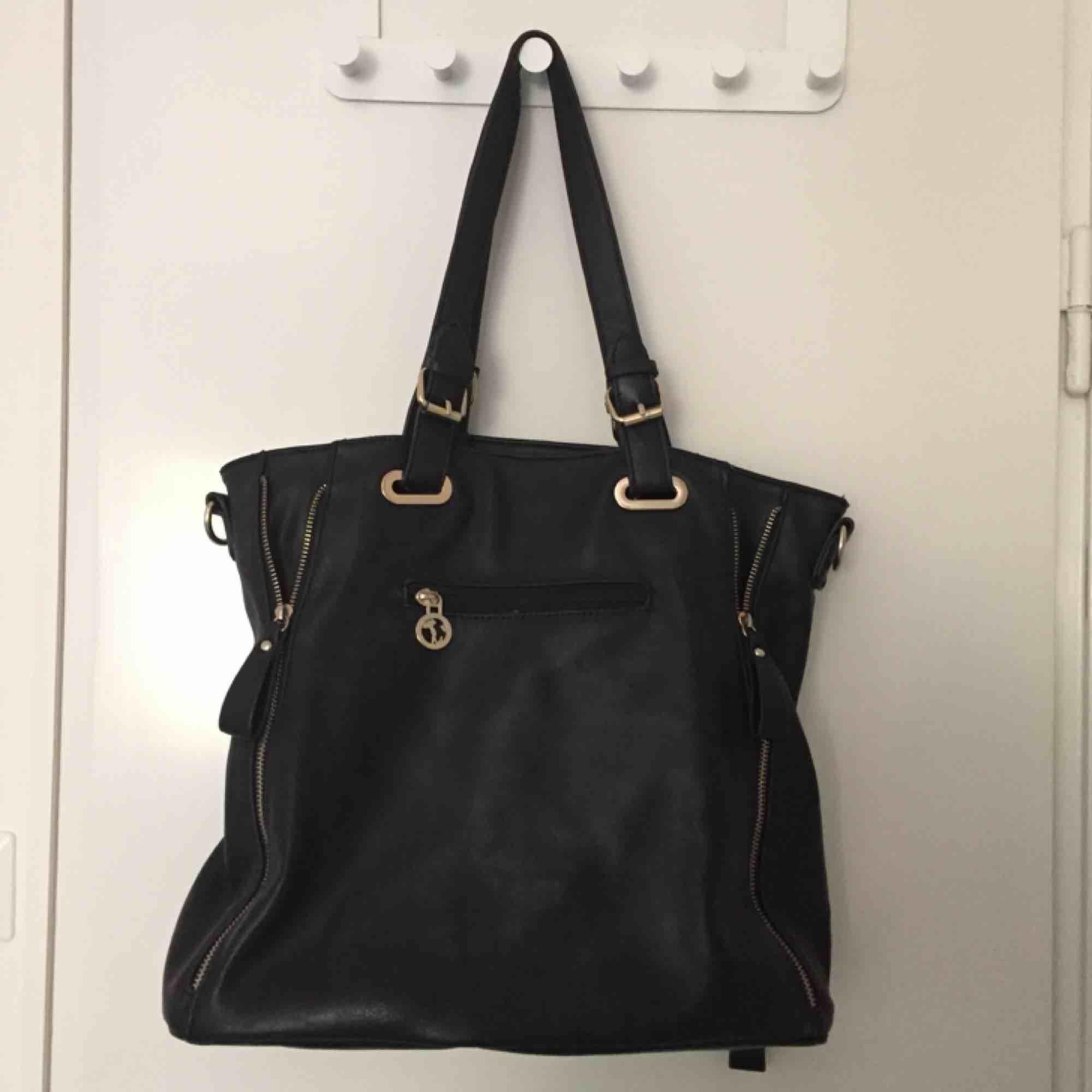 Handväska med detaljer. Mått ca 35x40cm. Väskor.