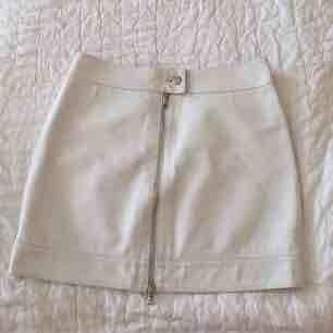 Vit tight kjol i fuskläder, sitter som en SMÄCK! Använder aldrig så nu ska den få ett nytt hem. Möter upp i Stockholm, eller att köparen står för frakt.