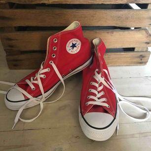 Ett par röda höga CONVERESE ALL STAR skor i storlek 43. ALDRIG ANVÄNDA. Köptes i USA förra året men inte fått någon användning för dem så tänkte att det ändå är lika bra att sälja dem (gmn behöver cash till sommaren)! Köparen betalar frakten!☺️