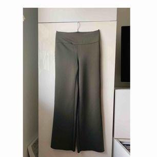 Mörkgröna byxor från H&M Trend. Aldrig använda, frakt ingår.