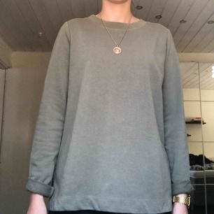 Militärgrön sweatshirt (liiite längre modell) från Gina Tricot. Frakt tillkommer