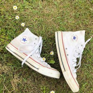 Höga vita converse, storlek 36,5 men passar mig som har 37. Lite sönder men syns ej då det är på inner sidan, lite gula men knappt.