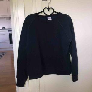 Säljer denna marinblåa, sweatshirten, efter som den bara legat i garderoben alldeles för länge. Storleken på tröjan är L men den passar mycket bättre S/M. Köparen står för frakten.