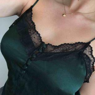 Mörkgrönt spetslinne (svart spets) med axelband från Mango. Strl S, men passar lika gärna en M (jag brukar vara M). Frakt (40 kr) eller mötas upp!