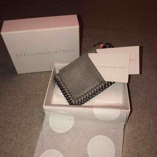 """Äkta Stella McCartney """"Falabella long"""" plånbok. Fick i present har redan liknande. Använd två gånger. Äkthetsbevis tillkommer och lådan. Inga fläckar eller märken. Köpt i butiken i Stockholm."""