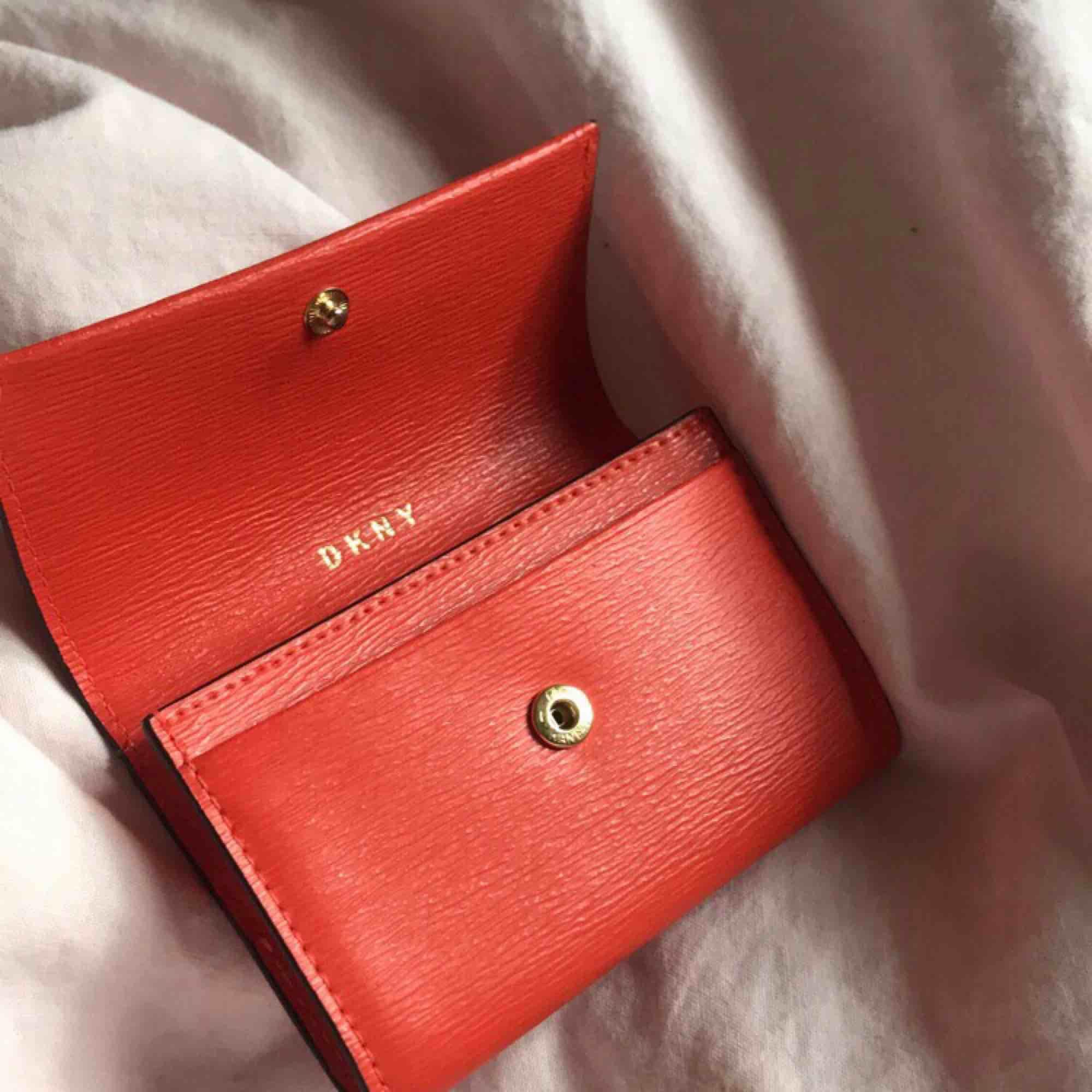Ny plånbok från DKNY nypris 700:-  Orange/röd färg 🧡. Väskor.