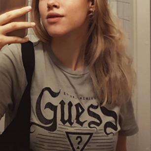 Riktigt cool grå guess t-shirt!