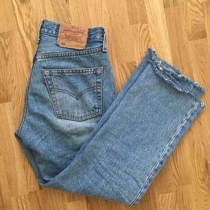 Säljer mina snygga Levis jeans 501 så ledsen över att det ej passar mig för det är så sjukt fina!  Storlek W28 L32, men är avklippta i benen. Jag på bilden är en 160 cm.  Små i storlek, passar en 26/27 Midje mått : 70-74 🌸Frakt 79 kr