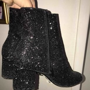 Glittriga boots från Dorothy Perkins. Jättebra skick, använd en gång. Möts i centrala Sthlm annars står köparen för frakt