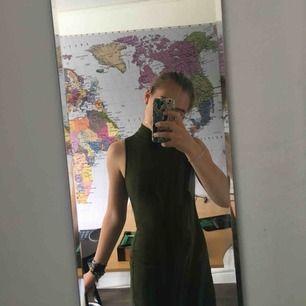 Olivgrön tajt turtleneck klänning. Storleken är XS men passar mer som en S för att den sitter ganska löst för  att det ska vara en tajt klänning. Frakt ingår i priset, och priset kan diskuteras :).