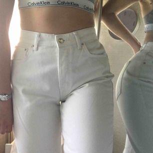Säljer dessa jättefina jeans från Gina Tricot. Storlek 40. Frakt ingår💫