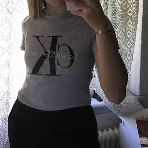 Äkta Calvin Klein T-shirt. Använd fåtal gånger. Pris: 210kr + 40kr frakt💗💗💗