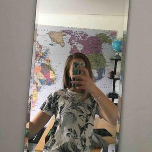 """Svartvit """"Semester"""" T-shirt med storlek M i bra skick och bara använt 1 gång. Frakten ingår i priset och priset kan diskuteras. Det här plagget skulle även vara fint att croppa."""