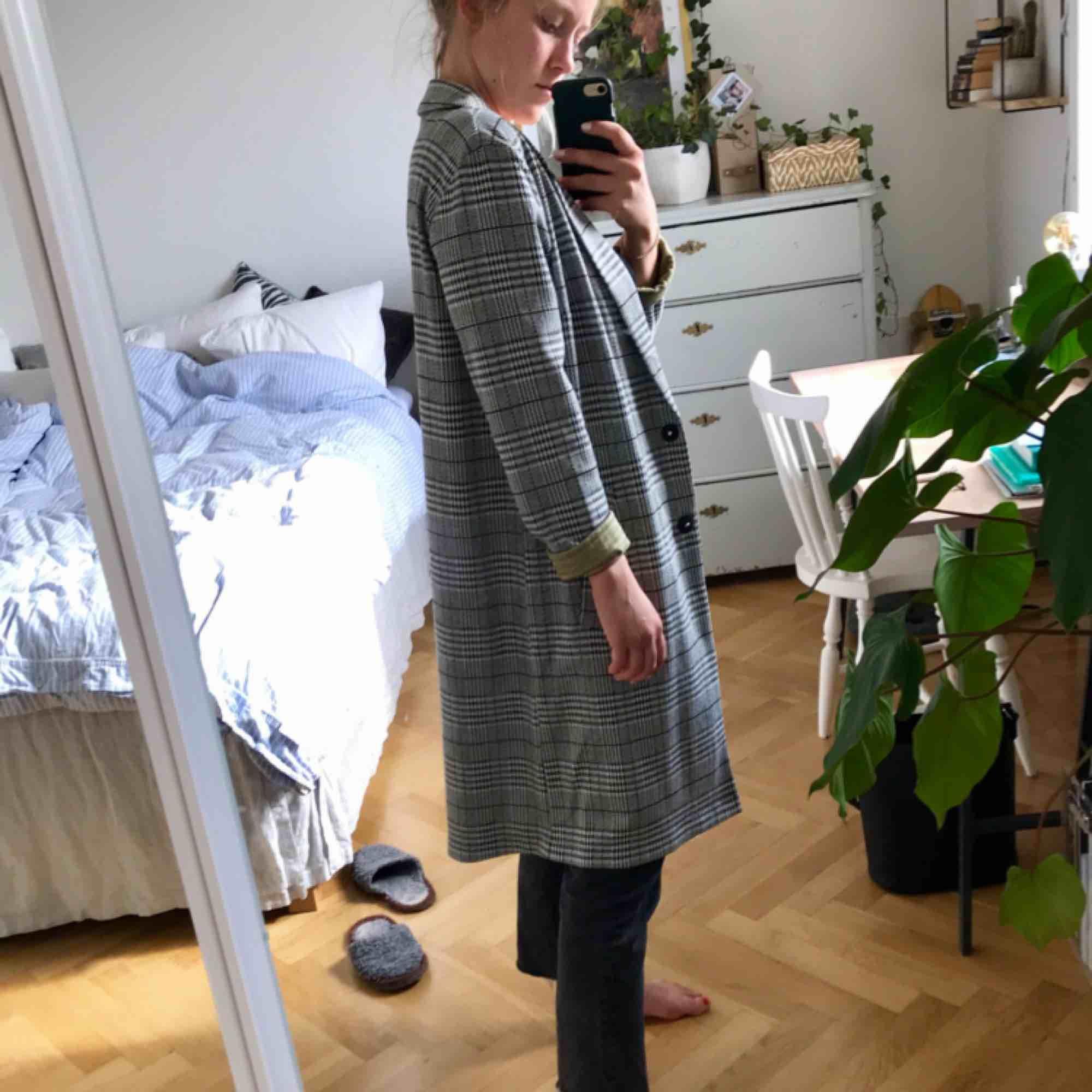 Rutig vår-/höstjacka från H&M, använd fåtal gånger och i nyskick. Svart, vit och grå med gröna inslag och grön insida 💃🏼   Möts gärna upp i Göteborg, annars frakt! . Jackor.