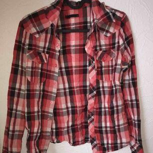 Fin skjorta, i storlek XS. Använd endast 2-3 gånger för den är för liten. Köparen står för frakten