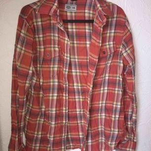 Fin skjorta i storlek XS. Endast använd några få gånger. Köparen står för frakten🙂