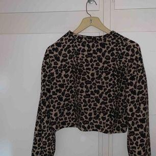En skitsnygg tröja i jätteskönt material från stradivarius. Passar till alla lägen och är oanvänd