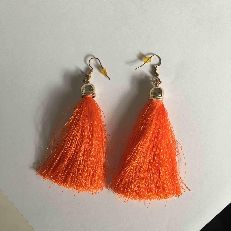 Super fina neon orange fluff örhängen, har aldrig använt och är ifrån ur och Penn. Snygga för Pride i sommar🥰🥰 frakt står köparen men vid snabb affär så kan vi dela. Accessoarer.
