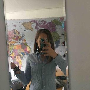 Fräsch ljusblå skjorta. Inte i sitt bästa skick på bilden (behöver strykas) men det gör jag såklart innan jag fraktar den till dig :). Använd ca. 3 gånger och är fortfarande i fint skick. GRATIS FRAKT! Pris kan diskuteras :).