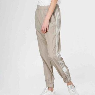 Byxor från Adidas (ADIBREAK TP).  Färg: beige (light Brown)  Bra skick! Betalning sker via swish⭐️