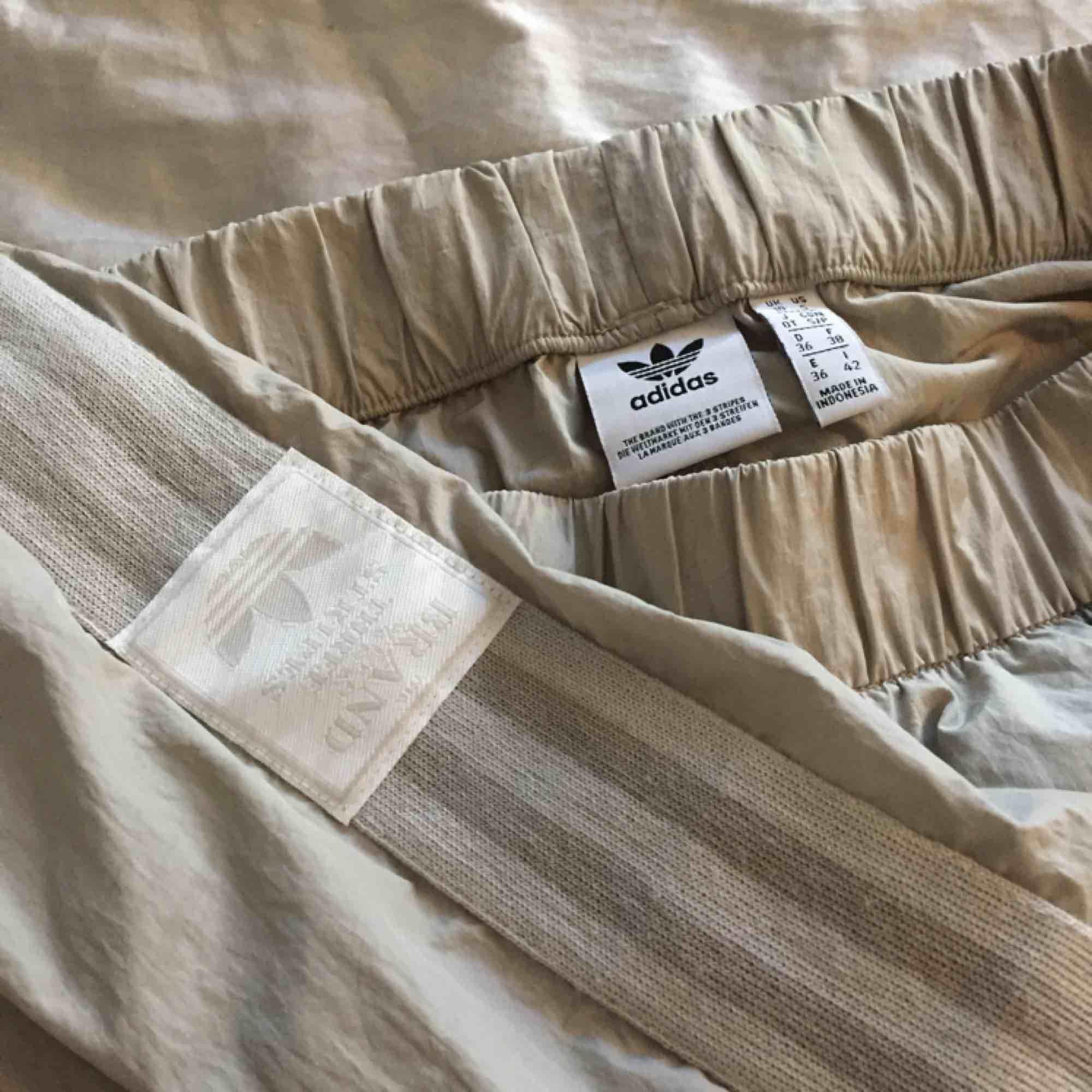 Byxor från Adidas (ADIBREAK TP).  Färg: beige (light Brown)  Bra skick! Betalning sker via swish⭐️. Jeans & Byxor.