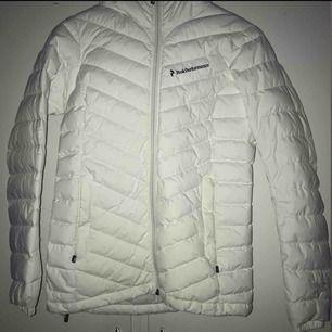 Hej! Säljer min peak jacka i storlek XS! Perfekt till hösten/vintern. Bra skick förutom att det finns ett litet hål vid armen (syns knappt) kan lämna in jackan till en skräddare för 100kr extra. Köpt för ca 2500kr förra vintern på Intersport.😊 (gult ljus