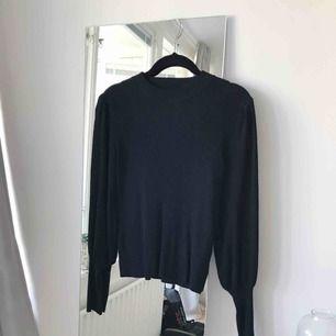 Ribbad topp från Zara i storlek S med lite puffärm och avsmalnande ärmslut. Aldrig använd! Frakt ingår.