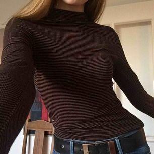 En långärmad randig tröja från Bikbok. Den har en liten krage och är i stretchigt material, den passar bra på mig som vanligtvis har S. Använd två gg, möts upp i Stockholm!