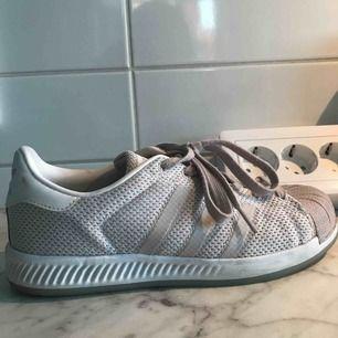Adidas sneakers! Vita med en rosa touch 💕 storlek 38, använd fåtal gånger! Fint skick