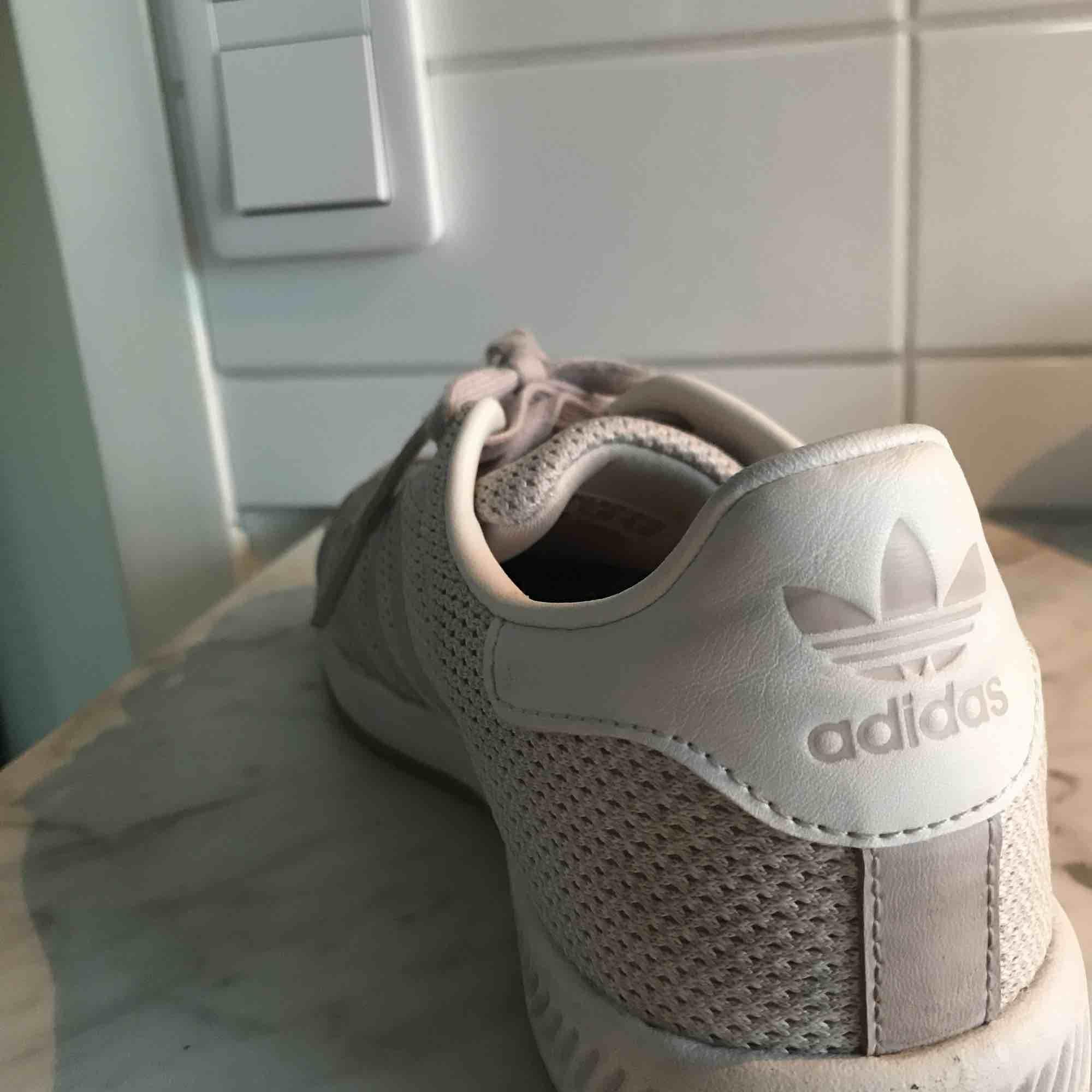 Adidas sneakers! Vita med en rosa touch 💕 storlek 38, använd fåtal gånger! Fint skick. Skor.