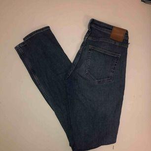 Super sköna stretchiga jeans från weekday, sitter sjukt bra. Två av hällorna är av, där av nedsatt pris.   Möts i Stockholm annars står köparen för frankt!!