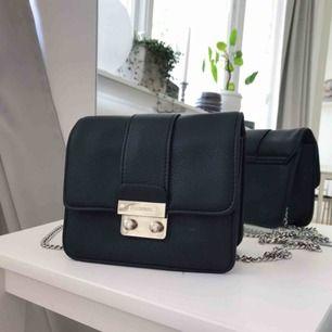Liten handväska från DonDonna med silverkedja säljes, litet fack innuti med dragkedja.