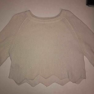Vit croppad stickad tröja med detalj. Skulle säga att storleken är ca 38 och inte 42 som plagget säger själv.   Möts i Stockholm annars står köparen för frakt.