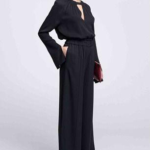 """Vick is a high-waisted trouser cut from a soft viscose fabric that drapes beautifully as you walk. Featuring a high, elastic waist and a wide silhouette.""  Fantastiskt sköna och snygga byxor som passar till alla tillfällen."