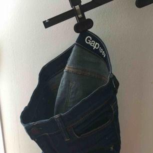 Tajta snygga Jens från GAP, nypris 650 kr🤩 strl. 25, typ XS, köpare står för frakt, kan mötas upp:)